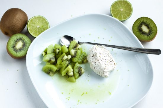 Limettimarinoidut kiivit ja vaniljavaahto