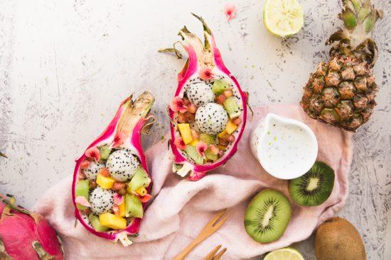 Lämmin tuulahdus kaukomailta: eksoottinen hedelmäsalaatti kookosliemellä