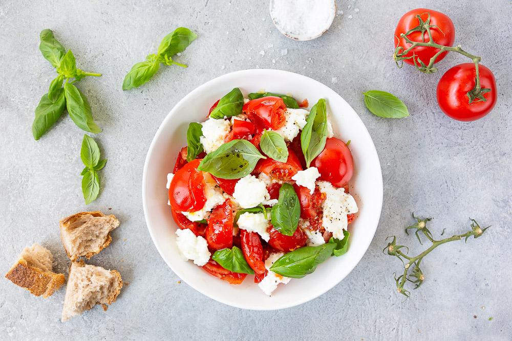 Tomaatti-mozzarellasalaatti on kesäklassikko