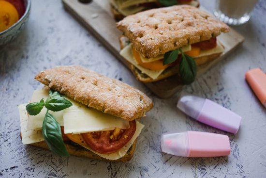 Back to school – tuplajuustolla ja tomaateilla täytetyt Snäkit