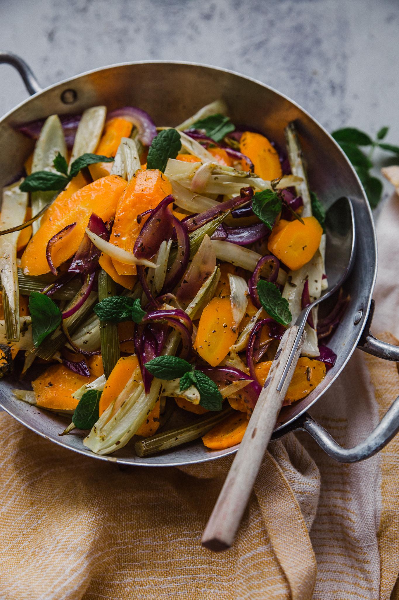 paahdettua fenkolia, porkkanaa ja punasipulia
