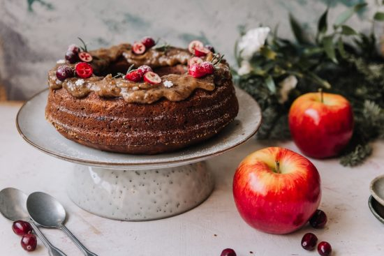 Joulun kahvipöytään gluteeniton omena-karpalokakku