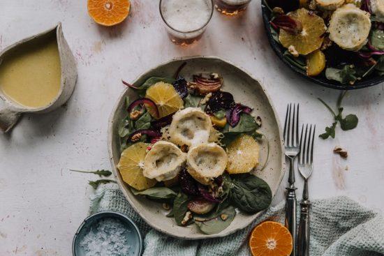 Värikäs juurikas-vuohenjuustosalaatti appelsiinivinegretillä
