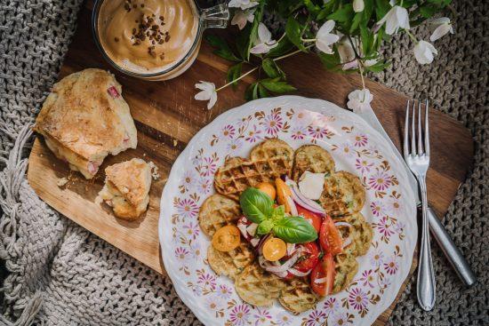 Äitienpäivän hurmaava aamiainen: nokkosvohveleita, raparperiskonsseja ja dalgona-kahvia