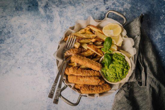 Kalapuikkomuki, fish & chips ja caesarsalaatti kalapuikkokrutongeilla – kotimaisilla järvikalapuikoilla herkutteleminen on ekoteko!