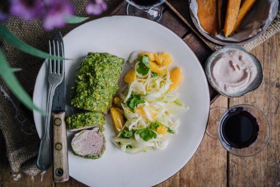 Pistaasipestopossua, veriappelsiini-fenkolisalaattia ja harissajogurttia