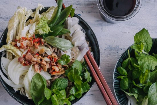 Huoltovarmuutta kotikeittiössä – Pho-keitto jauhelihalla ja pekoni-chiliöljyllä