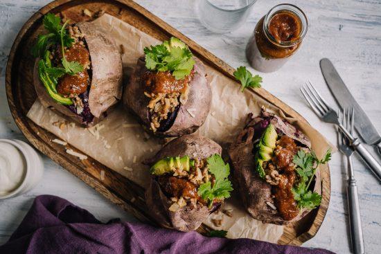 Täytetyt purppurabataatit ja täyteläinen pekoni-BBQ-kastike