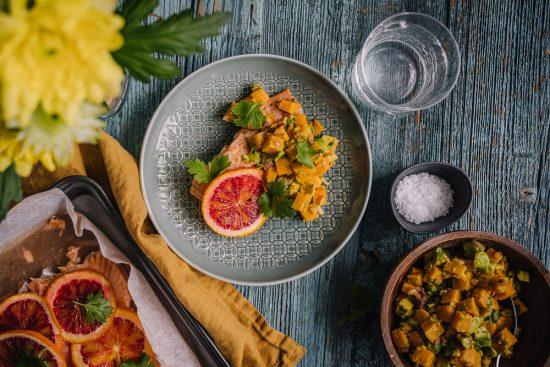Pääsiäispöydän vieraat: veriappelsiinilohi ja bataattisalsa