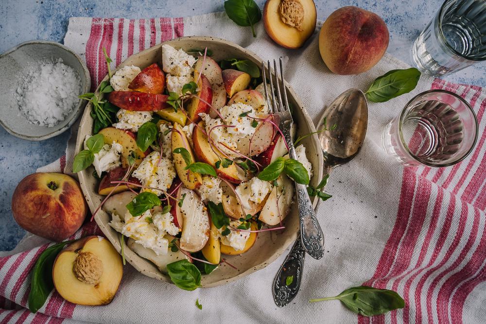 Makua kotimaisesta rypsiöljystä:sweet & sour kukkakaali, persikka-mozzarellasalaatti ja nokkosteeleivät