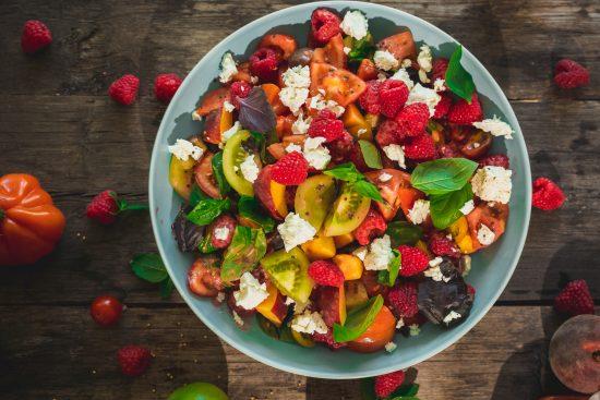 Vadelmainen fetasalaatti ja uunipaahdettu vadelmabroileri – kesän makein marja sopii myös suolaisiin ruokiin!