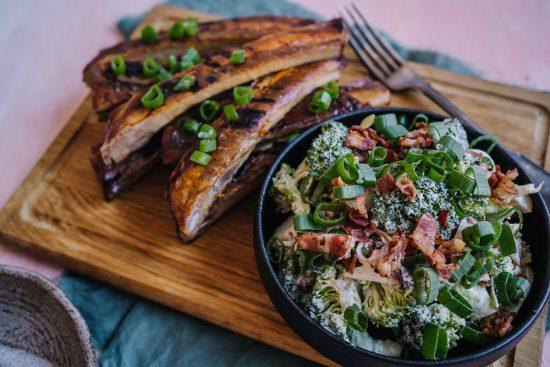 Kesäloma kutsuu grillaamaan – grillatut ribsit ja pekoni-parsakaalisalaatti
