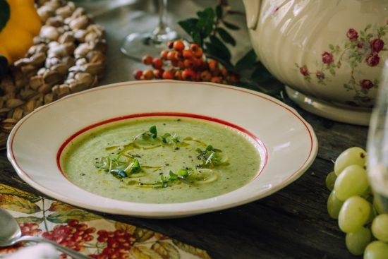 Vihreä gazpacho ja aromaattinen valkoviini ovat elokuisten rapujuhlien mainio makupari!