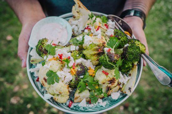 Kukkakaalia, parsakaalia, fetaa, chiliä ja limemajoneesia – kypsennä kauden kasvikset grillipellillä!