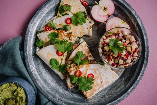 Lokakuussa lautaselta löytyy lehtikaalia ja omenaa – nyt kokataan chorizo-lehtikaaliquesadilloja ja omena-pekonisalsaa!