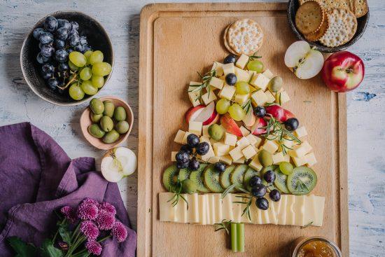 Pikkujoulukausi on juustojen juhlaa – kokoa juustokuusi, loihdi lehtikaali-caesarsalaatti ja leivo juustoinen päärynägalette!